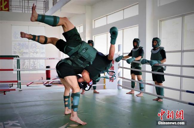 廣西南寧武警官兵搏擊訓練盡顯血性膽氣