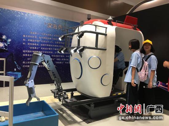 图为学生参观深海勇士号载人潜水器模拟舱。陈秋霞  摄