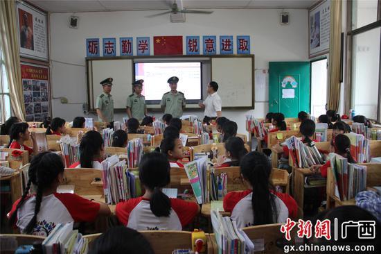 官兵们向红瑶女童班学生讲山外面的故事。丁健 摄