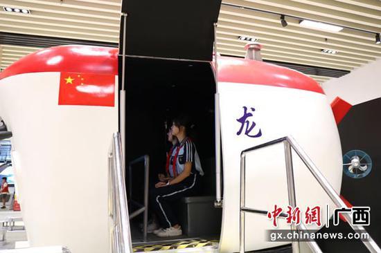 图为学生参观蛟龙号载人潜水器模拟舱。陈秋霞  摄