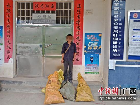 图为收购涉案灵芝菌的杨某。
