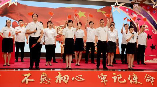 活动伊始全体青年党员齐唱《我和我的祖国》。
