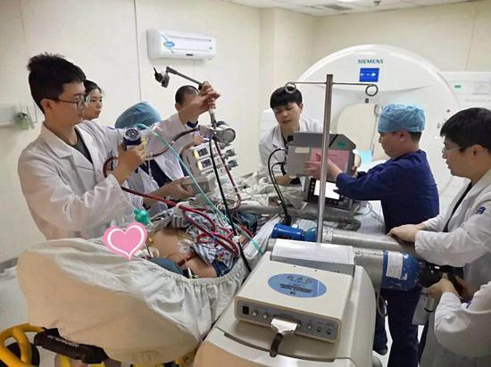 患者在ECMO支持下完成了PET-CT的检查。浙大二院供图