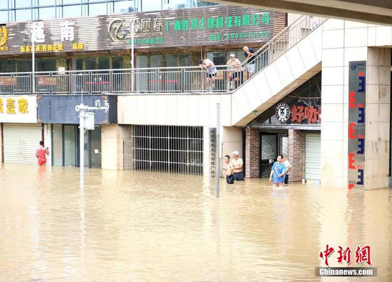 洪峰过境广西柳州沿江部分路段被淹