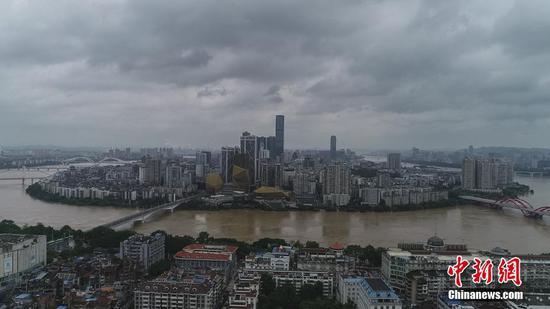 """航拍广西柳江河洪峰过境 城市沿江道路变""""河道"""""""