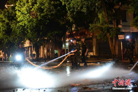 广西柳州洪水退去 军民昼夜连续清淤