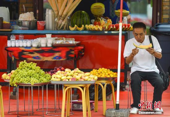 盛夏季节 新疆迎来旅游旺季