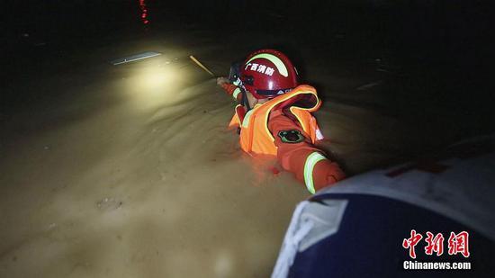 广西南宁遭暴雨袭击 消防雨夜转移被困群众46人