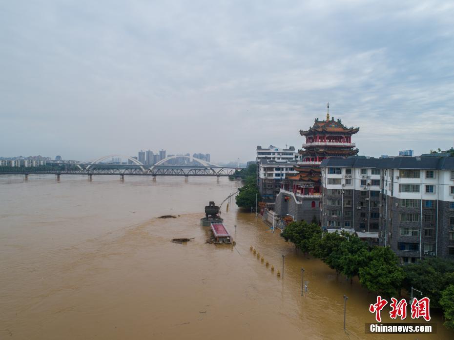 航拍廣西柳江河超警戒水位 河邊執勤崗亭被掀翻