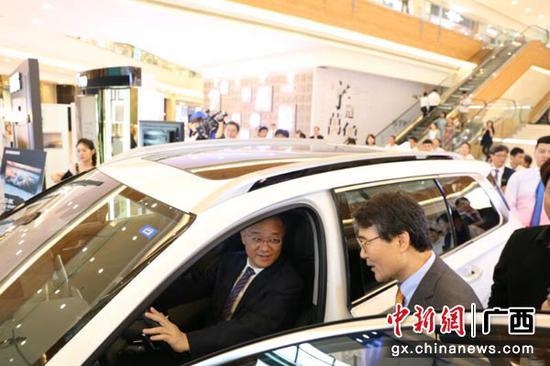 图为与会嘉宾体验韩国品牌汽车。