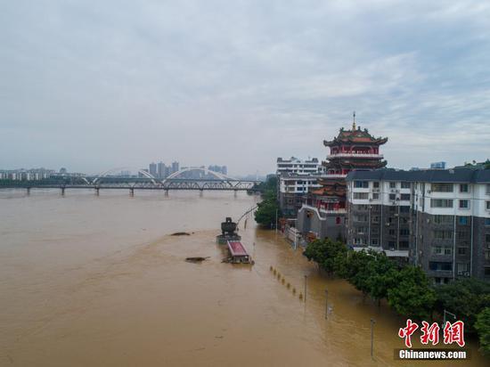 航拍广西柳江河超警戒水位 河边执勤岗亭被掀翻