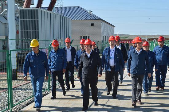 国网新疆电力党委书记、董事长李明在220千伏钟山变电站调研。(石怀平 摄)
