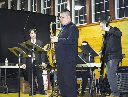 图为李润琨与美国音乐家同台演奏。