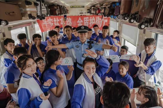 """新疆铁警护航放暑假""""内高班""""学生平安返乡"""