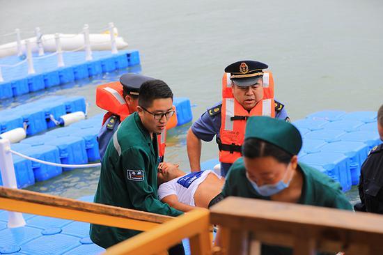 2019年7月11日,新疆巴音郭楞蒙古自治州博湖县在博斯腾湖开展水上安全应急救援演练,医疗救护人员现场实施抢救。