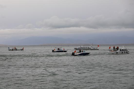 2019年7月11日,新疆巴音郭楞蒙古自治州博湖县在博斯腾湖开展水上安全应急救援演练。