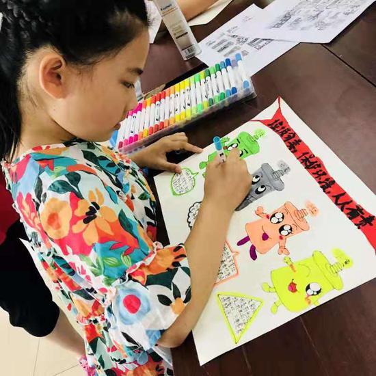 百福弄社区的孩子们以环保主题作画。徐建婷摄