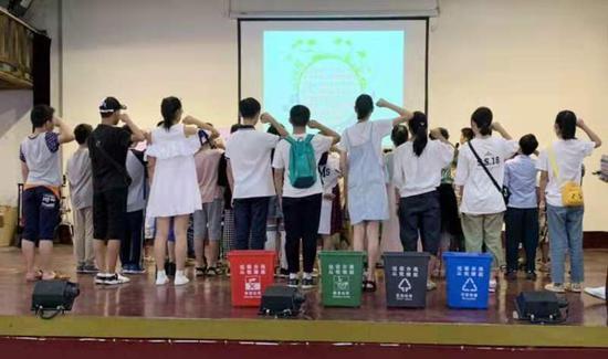 孩子们参与垃圾分类宣传日暑期活动。徐建婷摄