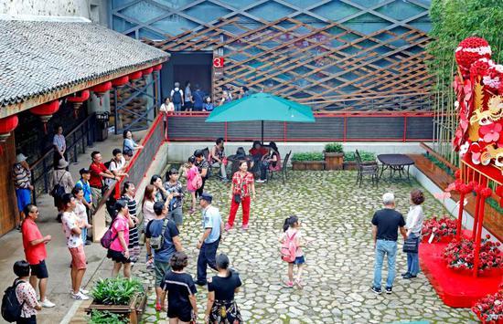 圖為兩岸同胞參觀寧海十里紅妝文化園。李江林攝