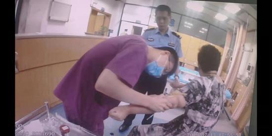 在医院进行抽血时周某也不忘拍一段抖音  金华高速交警提供