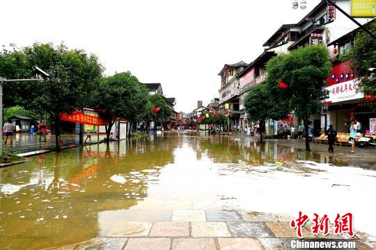 暴雨导致桂林阳朔西街内涝 洪水消退沿街商铺忙清淤