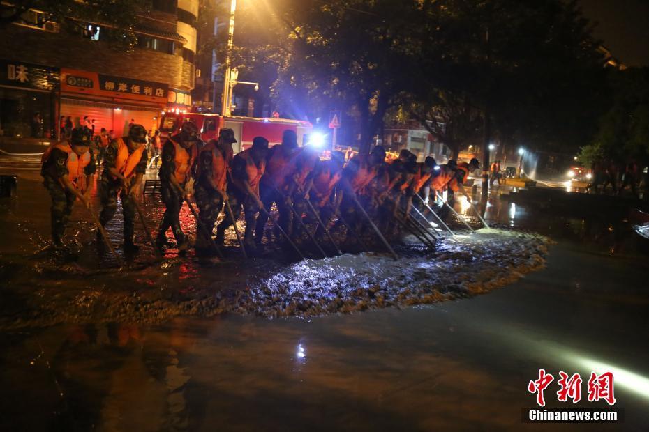 广西柳州一周内遇三次洪峰 武警官兵彻夜清淤