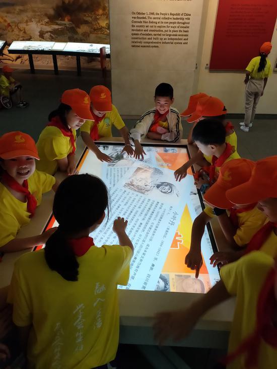 留守儿童们兴致勃勃地参观了南湖革命纪念馆 遂昌宣传部提供