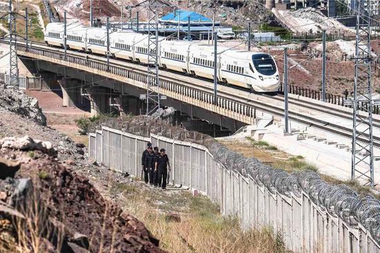 新疆铁警高铁巡线保安全