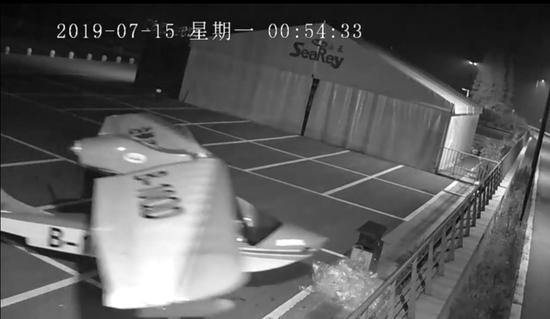 熊孩子凌晨驾驶飞机 南太湖公安提供