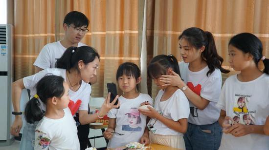 王欣怡姐妹倆與父母視頻連線 青田提供
