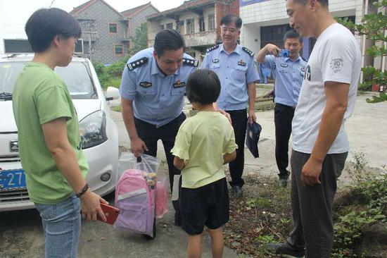 警方解决妮妮入学难题 德清公安提供