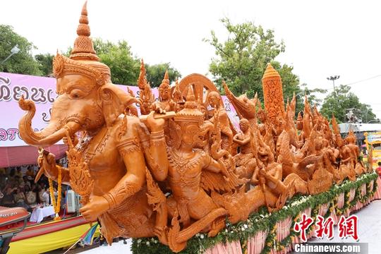 泰国乌汶府:数万人争睹蜡雕巡游盛会
