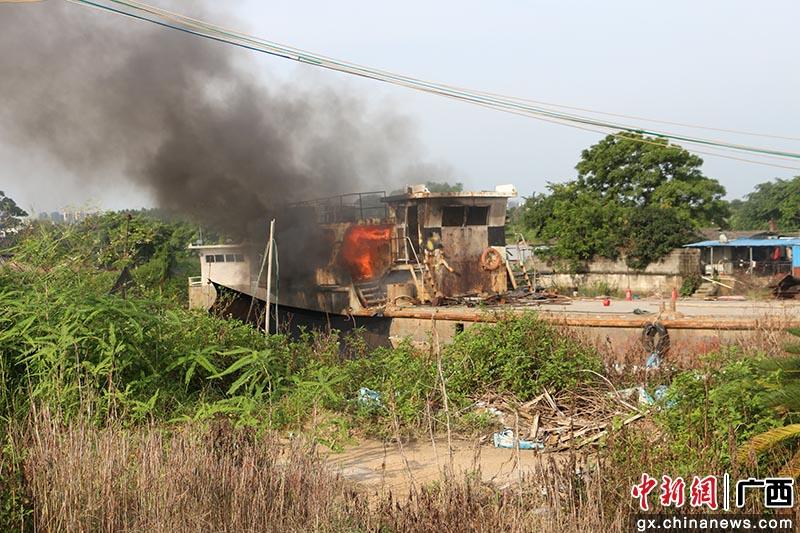 欽州一漁船起火 消防緊急處置
