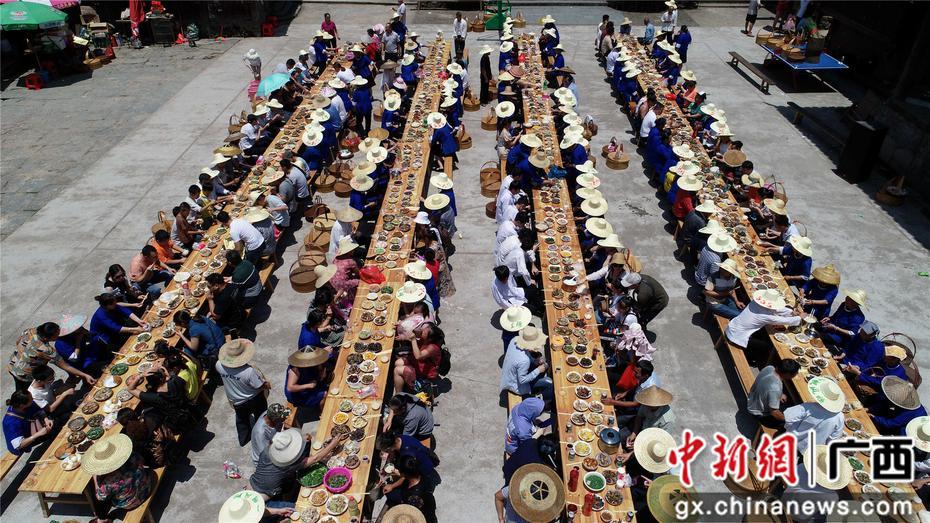 廣西三江侗寨歡慶新米節
