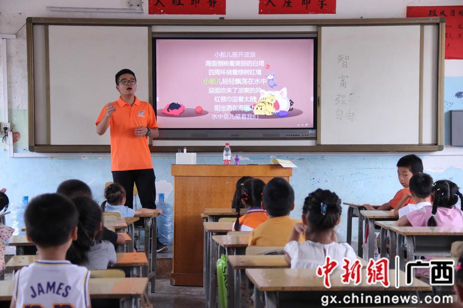 """广西科技大学""""教育扶贫""""关爱农村留守儿童"""