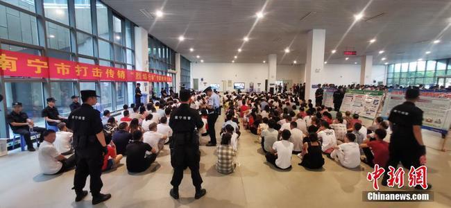 廣西南寧凌晨突擊抓獲687名傳銷人員