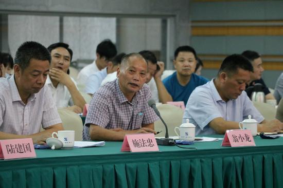 县人大代表翁小龙在代表问政会上提问。王力中 摄
