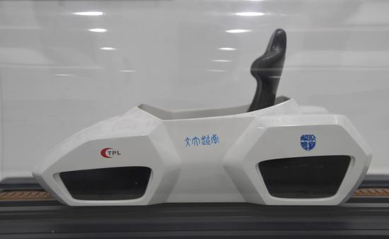 图为:现场展出的真空管道高温超导磁悬浮列车模型。王刚 摄