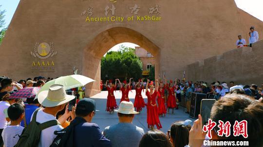 新疆喀什迎来旅游旺季吸引众多中外游客