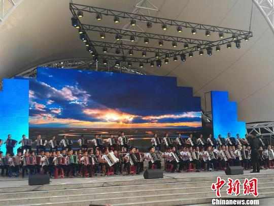 新疆塔城举办手风琴艺术节 带动特色旅游文化发展