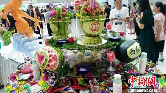 首屆新疆昌吉西瓜節開幕 游客現場免費吃瓜