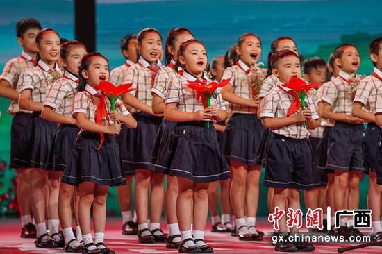 图为童声合唱《一朵红木棉》。陈冠言 摄