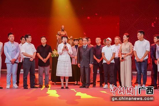 图为广西壮族自治区党委常委、宣传部部长范晓莉(前排左四)出席活动。陈冠言 摄