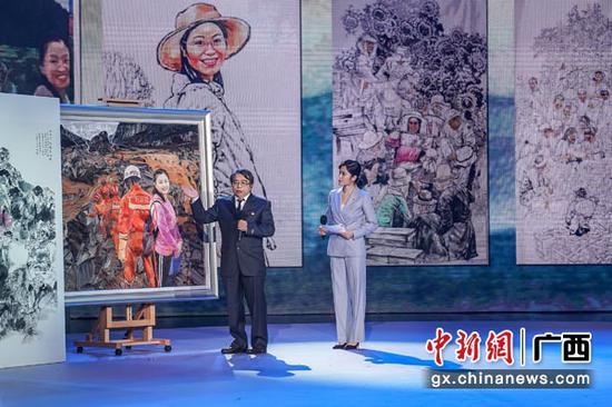 图为油画家杨诚讲述作品《永远的微笑》。陈冠言 摄