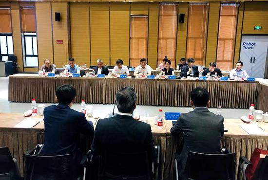 图为杭州国辰机器人科技有限公司与韩国(株)亚进EXTEK合作成立合资公司签约仪式。  苏婷 摄