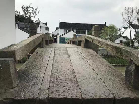 连接两村的山塘桥。 李典 摄