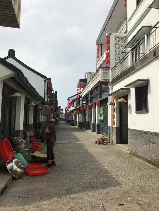 广陈镇山塘村街景。 李典 摄