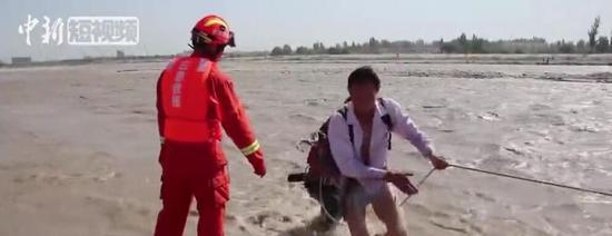 新疆和田突發融雪性洪水 采玉游客被困孤島獲救
