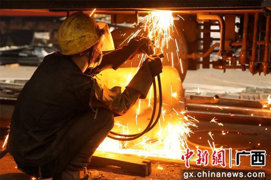 高温下的铁路工人