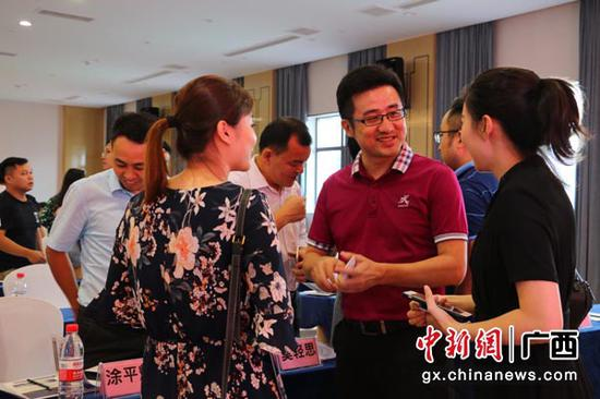 图为江西企业积极了解世界米粉大会情况。